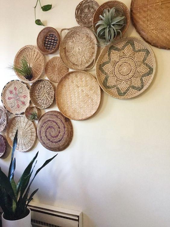 Composizione fatta con piatti in paglia in stile Boho