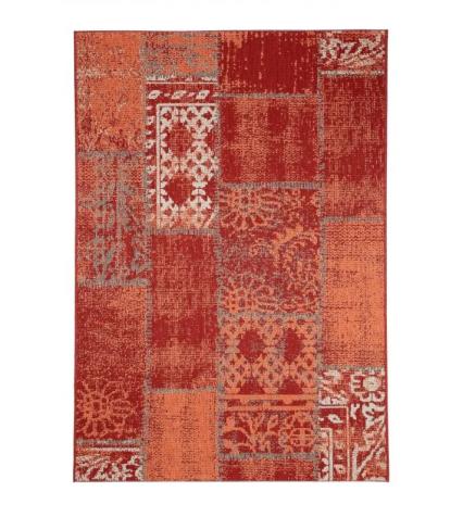 Tappeto rettangolare rosso e arancione per un balcone in stile marocchino.