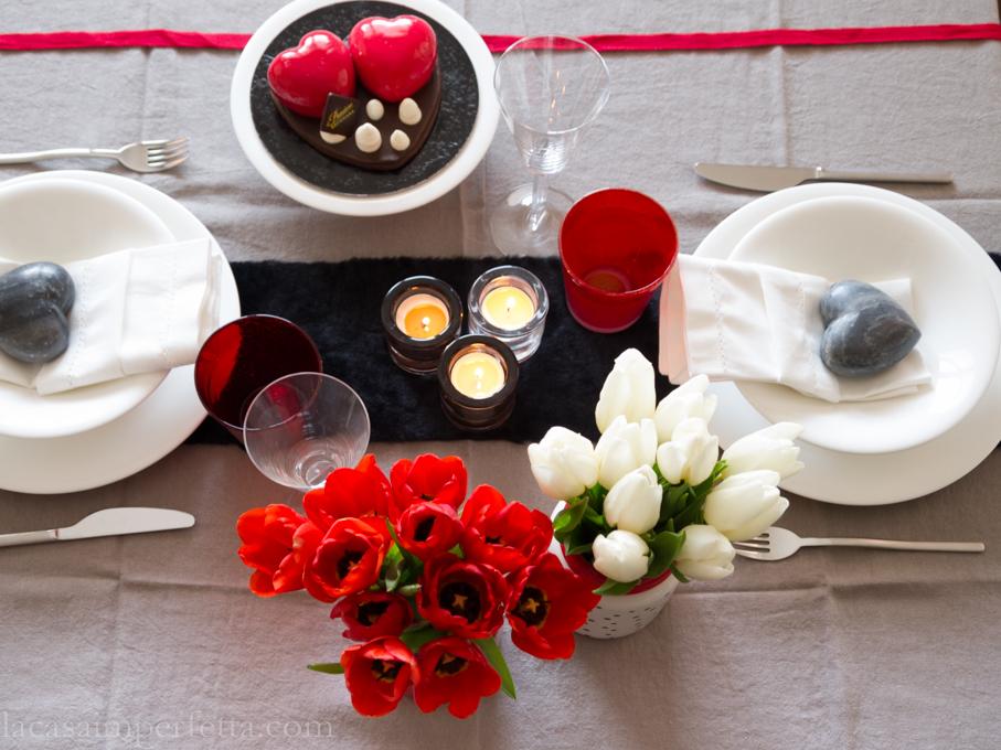 Tavola di San Valentino con Tulipani rossi e bianchi, torta con cuori rossi e segnaposto in marmo grigio