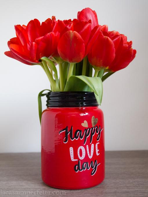 """Tulipani rossi in vaso rosso con scritta """"Happy love day"""""""