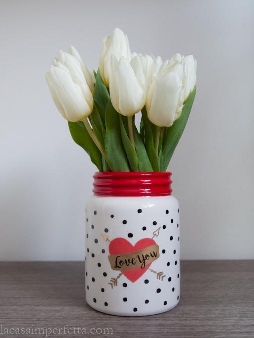 Tulipani bianchi in vaso bianco a pois neri e bordo rosso