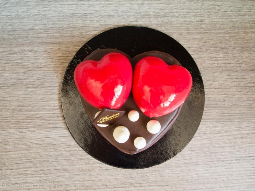 Torta con due mousse a forma di cuore rosso