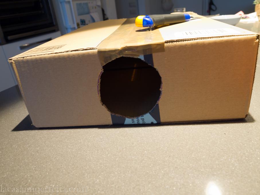 Fase di creazione della mistery box a forma di libro. Scatola chiusa con scotch e con fori laterali