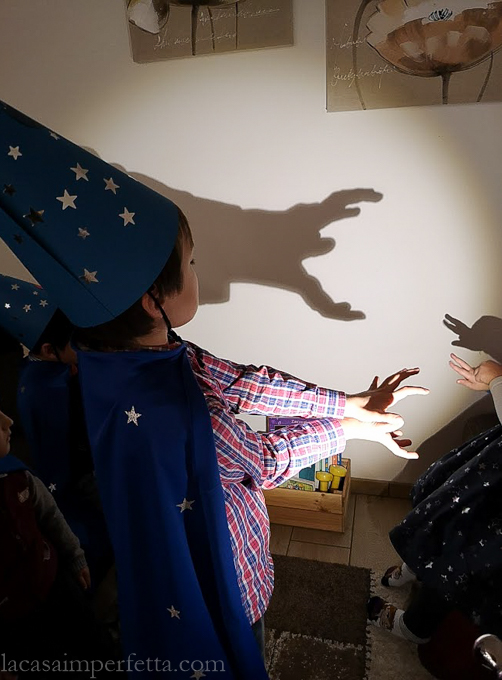 Bambini che giocano a fare le ombre cinesi: il mostro che mangia la lumaca